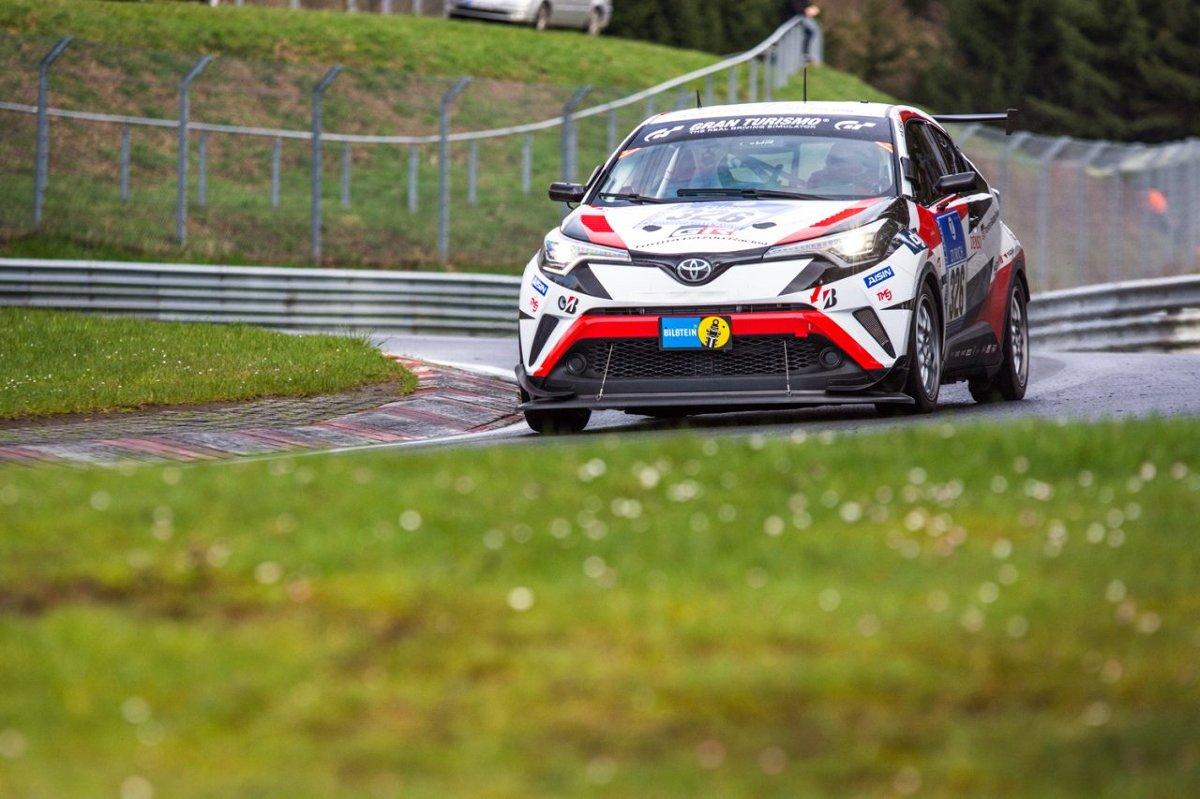 16 i 17 kwietnia na trasie Nordschleife odbyły się kwalifikacje do słynnego 24-godzinnego wyścigu ADAC Zurich na Nürburgring, który odbędzie się 26–29 maja już po raz 44. Toyota obchodzi w tym roku 10-lecie swojego udziału w tej prestiżowej imprezie. Z tej okazji na linii startu staną trzy modele – debiutujący C-HR Racing, Lexus RC i Lexus RC F / Fot. Toyota