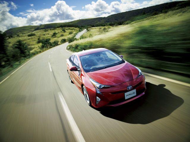 Toyota Prius   W jeździe miejskiej uzyskano wynik 1,7 l/100 km, poza miastem 3,9 l/100 km, zaś na autostradzie 5,4 l/100 km. Średnia emisja spalin w całym teście wyniosła 113 g/km.  Fot. Toyota