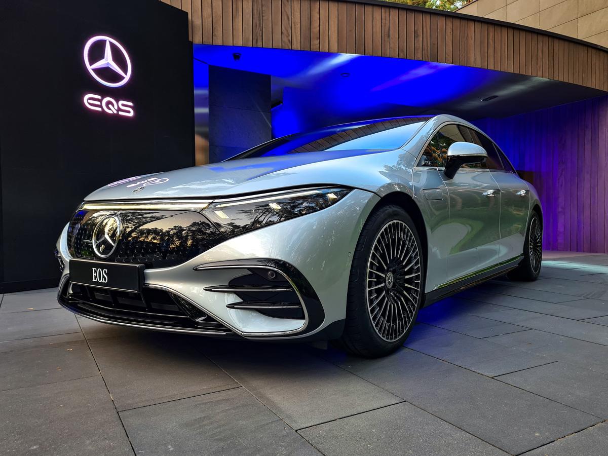 """Na przestrzeni wielu lat utarło się, że to Mercedes Klasy S jest kierunkowskazem dla innych, swego rodzaju benchmarkiem rynkowym i wzorem do naśladowania. To w tym modelu nierzadko pojawiały się przełomowe, rewolucyjne i pionierskie rozwiązania, które z czasem zstępowały do niższych segmentów. Gdy jakaś nowinka pojawiała się w """"S-ce"""", było niemal pewne, że za jakiś czas otrzymają ją """"zwykli"""" kierowcy w tańszych autach. Czy to właśnie się zmieniło? Czy rolę pioniera przejął nowy model EQS? Fot. Kamil Rogala"""