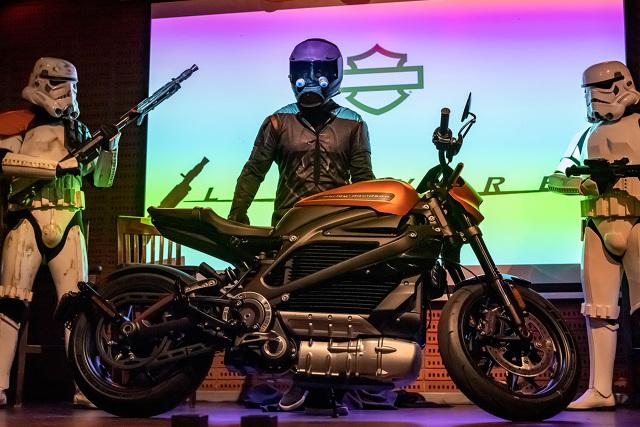 Harley-Davidson LiveWire  Akumulator wysokonapięciowy 15,5 kWh z systemem magazynowania energii (RESS) zapewnia średni zasięg na poziomie 158 km. Szybka ładowarka DC Fast Charge (DCFC) może być użyta do ładowania motocykla LiveWire przez gniazdo SAE. Wszyscy dealerzy Harley-Davidson sprzedający motocykl LiveWire będą oferować publiczną stację ładowania. Ładowarka DCFC umożliwia ładowanie akumulatora w zakresie 0-80% pojemności w ciągu 40 minut oraz w zakresie 0-100% pojemności w czasie 60 minut.  Fot. Harley-Davidson