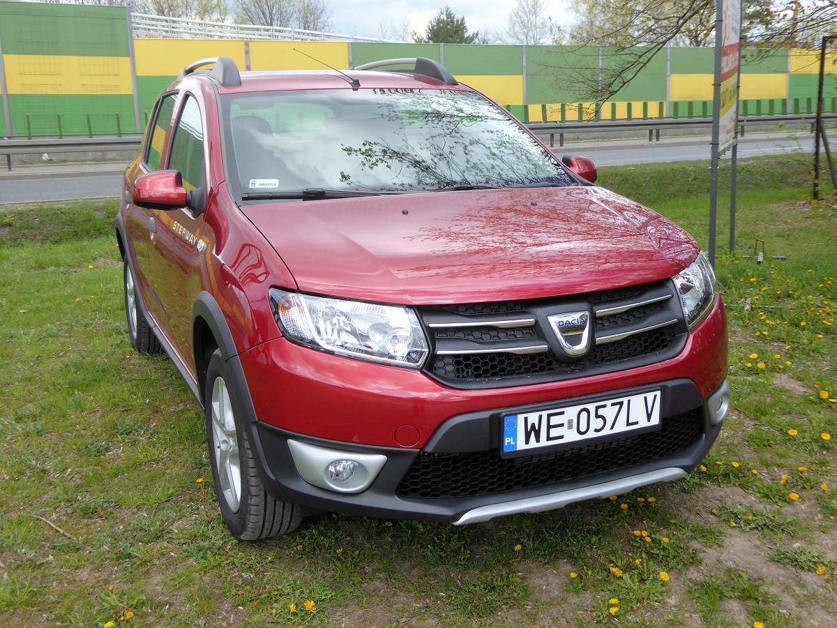 Dacia Sandero Stepway  Najmniejsza z Dacii jest jednocześnie jednym z najtańszych na naszym rynku samochodów osobowych. W podstawowej wersji za ten 5-miejscowy, 5-drzwiowy model reprezentujący segment B, zapłacimy 29 900 zł.  Fot. Marek Perczak