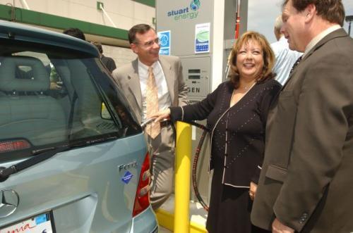 Fot. DaimlerChrysler:  Kalifornia - przekazanie pierwszej publicznej stacji wodoru.