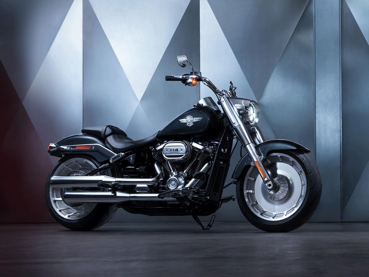 Fat Boy  Podrasowane i nowe wykończenia z satynowego chromu podkreślają jego odważny i zdecydowany charakter oraz eksponują potężny silnik. Najważniejsze cechy:  - Opona przednia o szerokości 160 mm, najszersza w historii Harley-Davidson, otacza pełne koło przednie Lakester   -16 kg niższa waga niż w poprzednim model  - Układ ABS w standardzie  - Opona tylna o szerokości 240 mm z pełnym kołem tylnym Lakester   - Opcjonalnie: Silnik Milwaukee Eight 114  Fot. Harley- Davidson