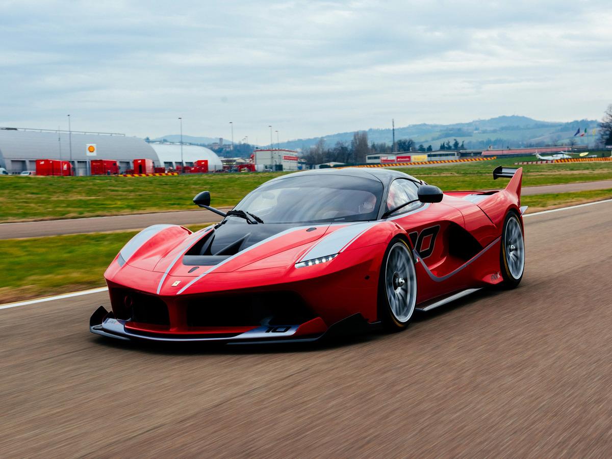 Ferrari FXX K  Standardowo model FXX K dysponuje łączną mocą 1050 KM (+87 KM) krzesaną z silnika V12 o pojemności 6,3 litra (860 KM) oraz silnika elektrycznego (190 KM). Łączny moment obrotowy wynosi ponad 900 Nm.  Fot. Ferrari