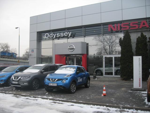 Kolejny zakup, kolejny salon. Postanowiliśmy sprawdzić czy mamy rzeczywiście do czynienia z rynkiem klienta czy też opowieści, że to klient jest najważniejszy, można między bajki włożyć. Tym razem wybór padł na markę Nissan.  Fot. Wiesław Marnic