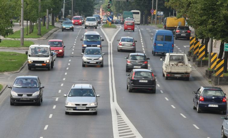 Polacy lubią prowadzić, ale nie mają na paliwo