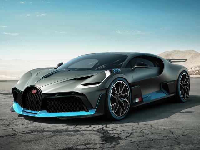 Bugatti Divo   Bugatti Divo waży mniej od swojego brata Chirona. Inne są panele nadwozia oraz oświetlenie. Tylne skrzydło ma szerokość 1,8 metra, jest regulowane hydraulicznie i potrafi generować aż 456 kg docisku.  Fot. Bugatti