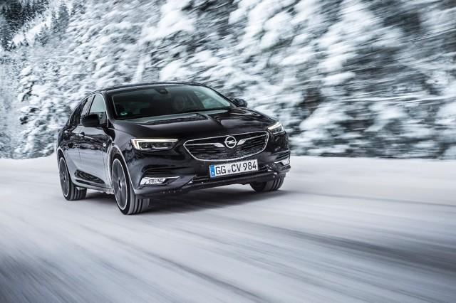 Opel Insignia Grand Sport   W nowym Oplu Insignii zastosowano układ napędu na wszystkie koła Twinster, z modułem tylnego napędu wyposażonym w układ dwóch sprzęgieł zamiast mechanizmu różnicowego. Napęd na wszystkie koła w Insignii może kierować moment obrotowy na jedno lub obydwa tylne koła niezależnie, co umożliwia wektorowanie momentu obrotowego w całym zakresie osiągów samochodu.  Fot. Opel