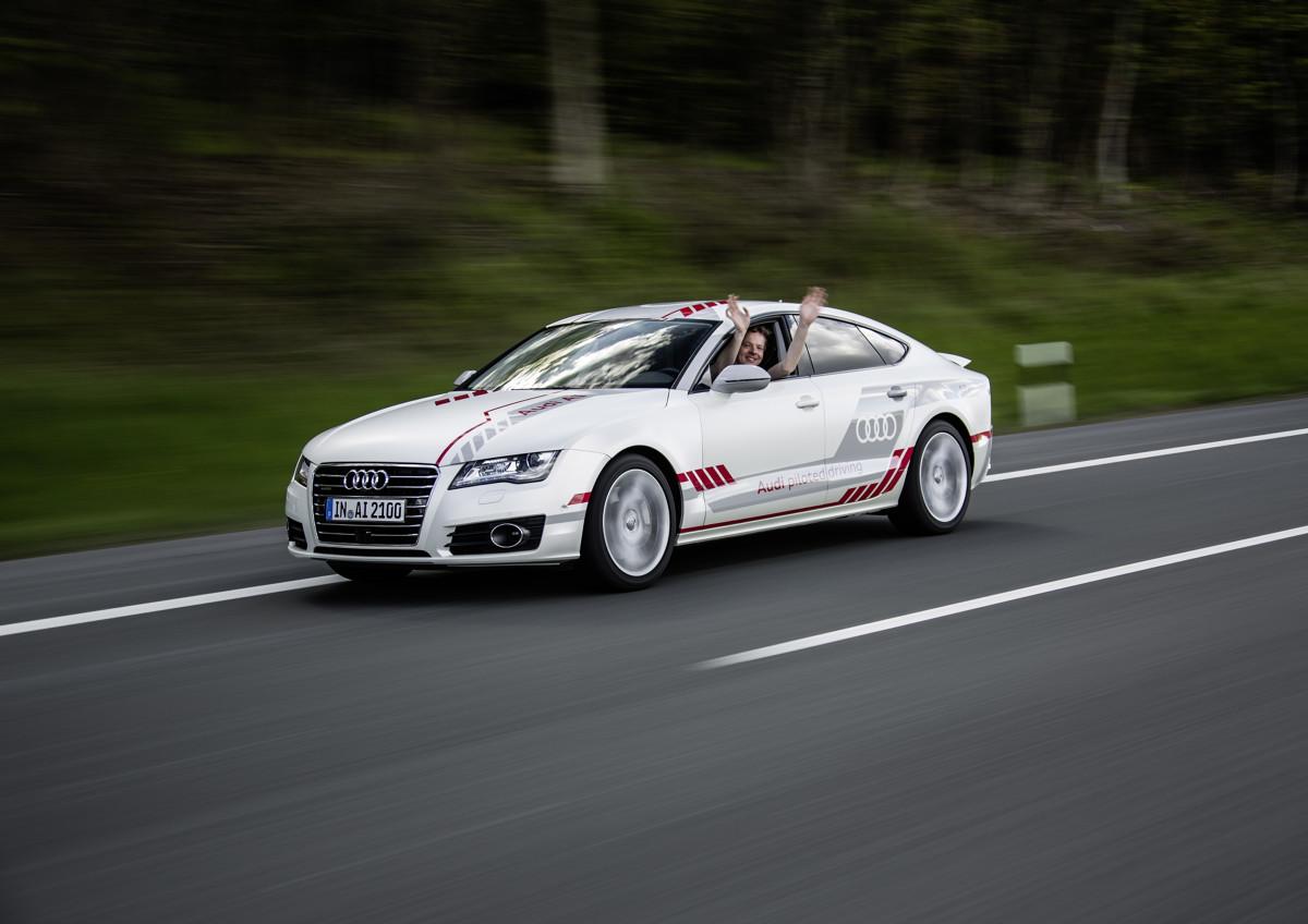 """Audi A7 piloted driving concept  Najnowszy pojazd badawczy Audi A7 piloted driving concept zwany """"Jack"""", nie tylko nauczył się samodzielnie wykonywać różne manewry podczas jazdy po autostradzie, ale również uwzględniać przy tym innych uczestników ruchu drogowego.   Fot. Audi"""