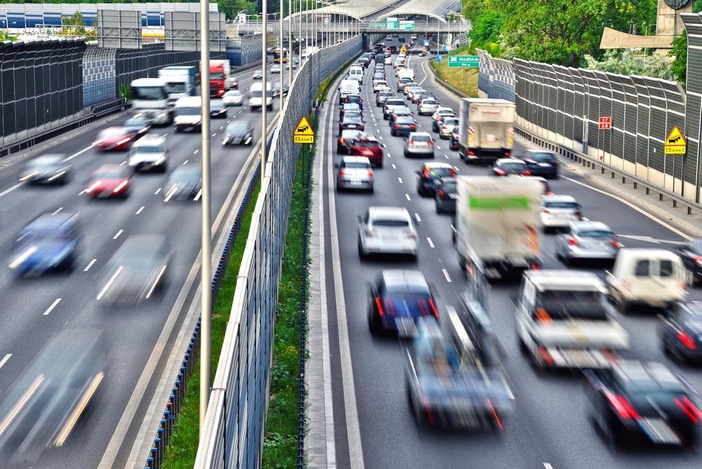 Aż 70 proc. kierowców uważa, że bezpieczeństwo na drogach w trakcie epidemii uległo poprawie, podczas gdy zaledwie 5 proc. sądzi przeciwnie. Wynika to z intuicyjnego myślenia, że mniejszy ruch oznacza mniejsze niebezpieczeństwo. Okazuje się jednak, że nie wszystkie statystyki są tak optymistyczne.  Fot. materiały prasowe