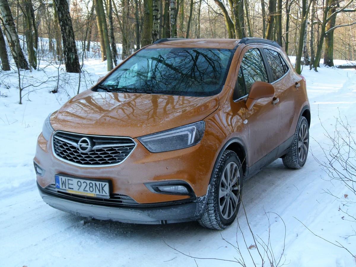Opel Mokka X  Cztery lata temu Opel rozpoczął produkcję modelu Mokka. Szybko się okazało, że jest to samochód bardzo pożądany na rynku czego dowodem była jego bardzo szybko rosnąca sprzedaż. Do zeszłorocznej jesieni europejskie salony opuściło ich ponad 600 tysięcy sztuk. Tylko po polskich drogach jeździ ich już ponad 11 tysięcy.  fot. Marek Perczak