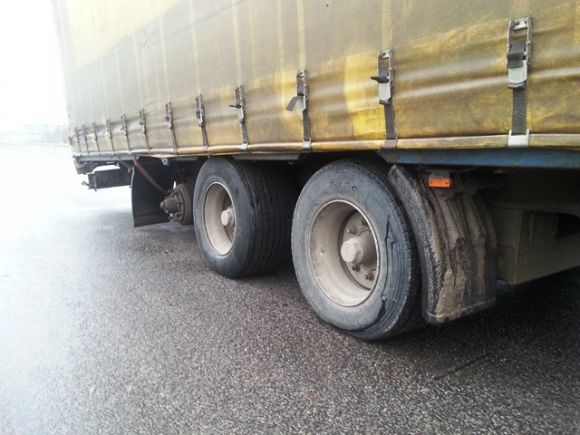 Mocno przechylona na prawą stronę naczepa zwróciła uwagę patrolu warmińsko-mazurskiej ITD. Ciężarówką przewożono 24 tony  nawozów mimo, że na jednej z osi brakowało koła. Niesprawna i zagrażająca innym uczestnikom ruchu ciężarówka została skierowana na parking, a kierujący ukarany.   Fot. ITD