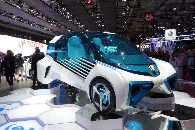 Toyota FCV Plus  Dzięki miniaturyzacji zespołu ogniw paliwowych i innych komponentów systemu zasilania FCV PLUS stał się lekkim, kompaktowym pojazdem, idealnie sprawdzającym się w mieście.   Fot. Ryszard M. Perczak