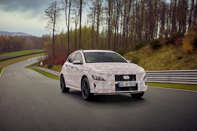 Hyundai Kona N   Hyundai potwierdził, że kolejnym członkiem rodziny wyczynowych modeli N zostanie nowa Kona N. Jak prezentuje się nowość możemy zobaczyć na pierwszych zdjęciach.   Fot. Hyundai