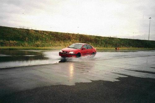 Fot. Per: Fragmenty testowej nawierzchni na specjalnym poligonie przy jednej z europejskich fabryk samochodów osobowych
