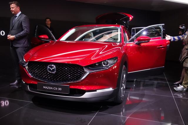 Mazda CX-30   Sprzedaż wersji z silnikiem 2.0 SKYACTIV-G rozpocznie się już w lipcu, a pierwsze samochody trafią do klientów wczesną jesienią 2019.  Fot. Ryszard M. Perczak