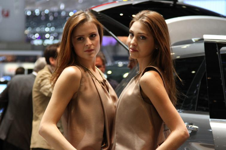 Piękne kobiety i szybkie auta na salonie w Genewie - zobacz zdjęcia