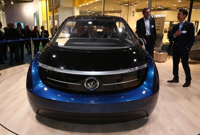 Podczas salonu we Frankfurcie specjalizujące się w projektowaniu wnętrz pojazdów Yanfeng Automotive przedstawiło prototyp XiM18. Wnętrze miejskiego auta urządzono na wzór luksusowego salonu z drewnianym wykończeniem, ciepłą kolorystyką oraz diodowym oświetleniem.  fot. Newspress