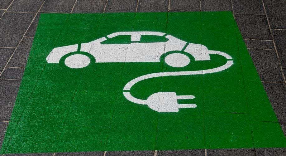 """Decydując się na zakup (wynajem) auta na prąd musimy brać pod uwagę przede wszystkim to gdzie będziemy je ładować: z własnej garażowej ładowarki, komercyjnej w pobliżu domu czy też w miejscu pracy. Koniecznie trzeba rozważyć także jaki przewidujemy charakter jazdy tym samochodem (miasto, trasa), a także fakt jaki to ma być model """"elektryka"""". Fot. materiały prasowe"""