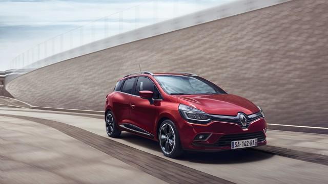 Renault Clio   Samochód w nowym wydaniu posiada przestylizowane zderzaki. Reflektory wykonane zostały w technologii LED,  a nowa jest także osłona chłodnicy.Wraz z przeprowadzonym liftingiem, nabywcy będą mieli do wyboru cztery nowe kolory nadwozia oraz nowe wzory obręczy kół oraz kołpaków.  Fot. Renault