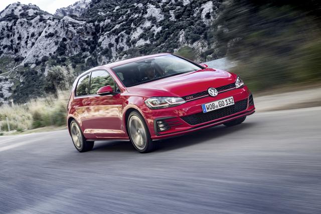 Volkswagen Golf GTI Performance   Za skuteczne przeniesienie momentu obrotowego na przednie koła odpowiada – znajdujący się w wyposażeniu seryjnym – mechanizm różnicowy z blokadą, który zwiększa możliwość bezpiecznego i szybkiego przyspieszania podczas wyjścia z zakrętu.  Fot. Volkswagen