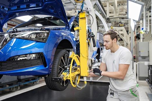 Skoda Scala   Podstawowa jednostka benzynowa to trzycylindrowy silnik 1.0 TSI o mocy 85 kW (115 KM), zaś mocniejszy, czterocylindrowy silnik 1.5 TDI gwarantuje moc 110 kW (150 KM). Wszystkie warianty posiadają turbodoładowanie oraz spełniają wymogi emisyjne normy Euro 6d TEMP. Każdy z nich ma również zainstalowany system STOP/START  i system odzyskiwania energii z hamowania.  Fot. Skoda