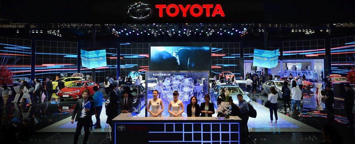 Toyota zaprezentowała na targach w Pekinie dwie nowe hybrydy plug-in. Są to ładowane z gniazdka wersje popularnych modeli Corolla Hybrid i Levin Hybrid. Auta zadebiutują w Chinach w 2018 roku / Fot Toyota
