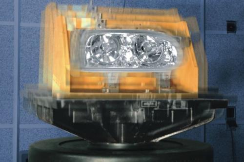Fot. Hella: Test wibracji ma sprawdzić odporność reflektora na wstrząsy