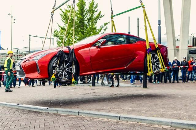 Lexus LC  Pokaz Lexusa LC 500 urządzono w Sky Lounge na szczycie hotelu Double Tree Hilton, jednego z najwyższych budynków miasta.  Lexus LC zrobił furorę nie tylko wśród gości pokazu. Jedynym w swoim rodzaju wydarzeniem był również transport samochodu na ostatnie piętro wieżowca za pomocą dźwigu.  Fot. Lexus