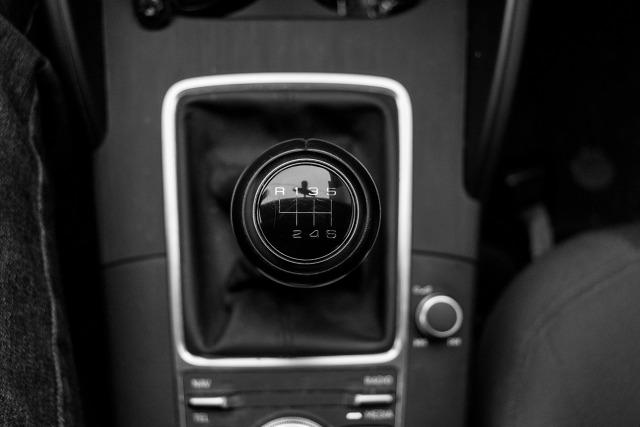 Emeryt posiadający wypracowane przez lata zniżki za bezszkodową jazdę, może kupić polisę OC za niecałe 500 zł. Tymczasem młody i niedoświadczony za kierownicą student, za obowiązkowe ubezpieczenie auta musi zapłacić nawet 4-krotnie więcej. Nie tylko wiek wpływa na tę różnicę – młodsi jeżdżą znacznie starszymi pojazdami słynącymi z większej mocy silnika.  Fot. Pixabay.com