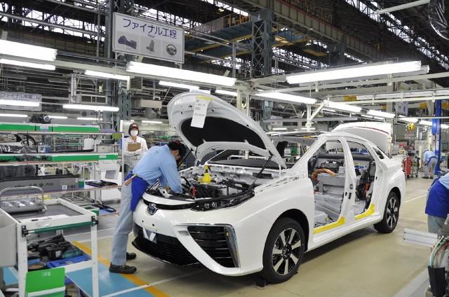 Toyota Mirai   Aby zmniejszyć koszty produkcji, Toyota zamierza zrewidować wszystkie elementy napędu na ogniwa paliwowe i ograniczyć liczbę czynności wykonywanych ręcznie. Powstanie też osobna linia produkcyjna dla nowego modelu, co pozwoli zwiększyć produkcję i ograniczyć koszty.   Fot. Toyota