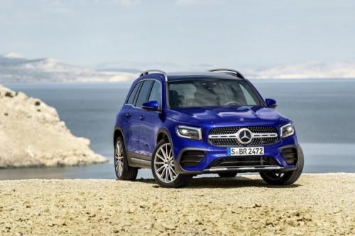 """Mercedes GLB   Charakterystyczne proporcje z krótkimi nawisami i """"terenowy"""" design, a także opcjonalny napęd na wszystkie koła 4MATIC i specjalne terenowe oświetlenie, które podczas jazdy  z niewielką prędkością pomaga wykrywać przeszkody znajdujące się bezpośrednio przed pojazdem. Oto nowy Mercedes-Benz GLB. W salonach model zadebiutuje pod koniec tego roku.   Fot. Mercedes-Benz"""