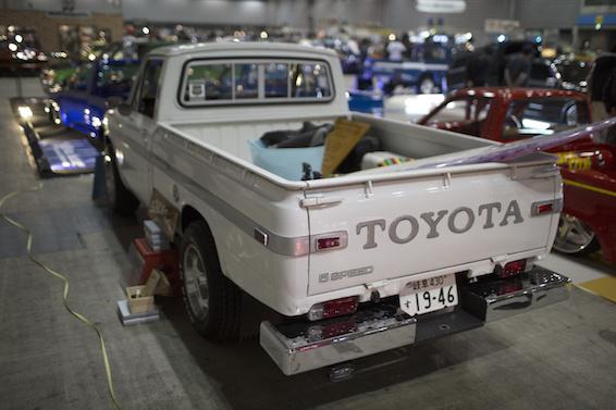 Od 24 lat w grudniu zjeżdżają się do Yokohamy najlepsi tuningowcy z całego świata, by w ogromnej hali Pacifico pokazać swoje dzieła. W tym roku zorganizowano specjalną wystawę japońskich terenówek, wśród których królował Hilux / Foy. Toyota