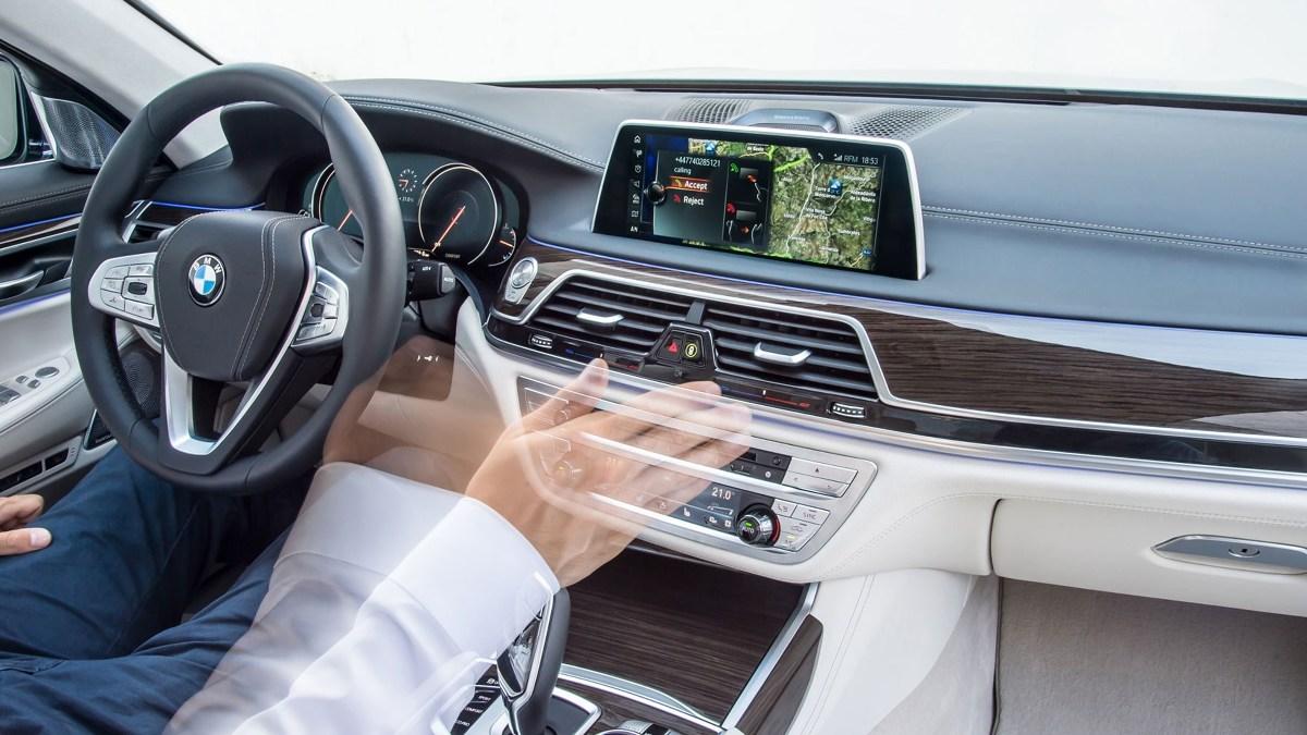 Mnogość urządzeń i funkcji nowoczesnego auta komplikuje jego obsługę. W wielu przypadkach, kierujący zamiast skupić się na prowadzeniu, swoją uwagę poświęca na szukanie ukrytych w czeluściach menu systemu inforozrywki ustawień. Producenci starają się uprościć poruszanie w tym gąszczu proponując różne metody sterowania. Jednym z nich jest sterowanie gestami.   Fot. Archiwum