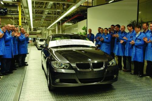 Fot. BMW: Pierwszy egzemplarz BMW serii 3 zjeżdża z taśmy produkcyjnej nowego zakładu tej firmy w Lipsku.
