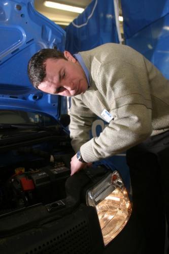 Fot. Fota: Mechanik Roku 2005, Włodzimierz Wróblewski, podczas ustawiania świateł