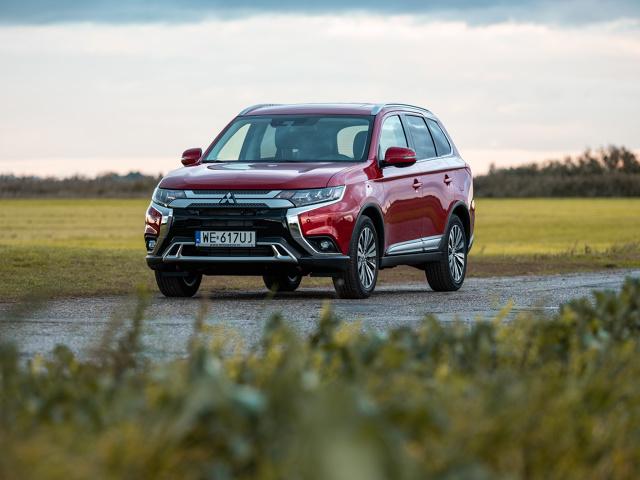 Mitsubishi Outlander  W polskich salonach Mitsubishi debiutuje najnowsze wcielenie rodzinnego modelu SUV – Mitsubishi Outlander 2019. Poprawiono precyzję prowadzenia, komfort, wyciszenie a na liście wyposażenia pojawiło się kilka nowych elementów.  Fot. Mitsubishi