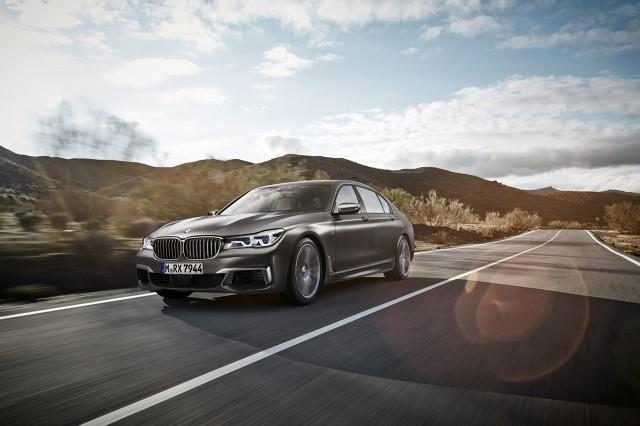 Pod maską pracuje silnik V12 TwinPower Turbo o pojemności 6.6 litra. Jednostka dostarcza 600 KM mocy i 800 Nm momentu obrotowego. Napęd na cztery koła trafia za pomocą 8-stopniowej automatycznej skrzyni biegów, natomiast przyspieszenie do 100 km/h zajmuje 3,9 s / Fot. BMW