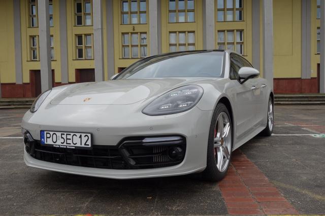 Porsche Panamera Sport Turismo   Testowany egzemplarz to Panamera Turbo Sport Turismo z czterolitrowym silnikiem benzynowym V8 o mocy 550 KM. Mając do dyspozycji taki napęd nie można być z jazdy tą Panamerą niezadowolonym.  Fot. Ryszard M. Perczak