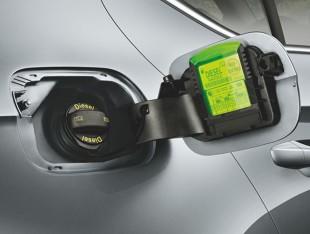 Szkodliwe nawyki kierowców - jazda na rezerwie i tankowanie pod korek