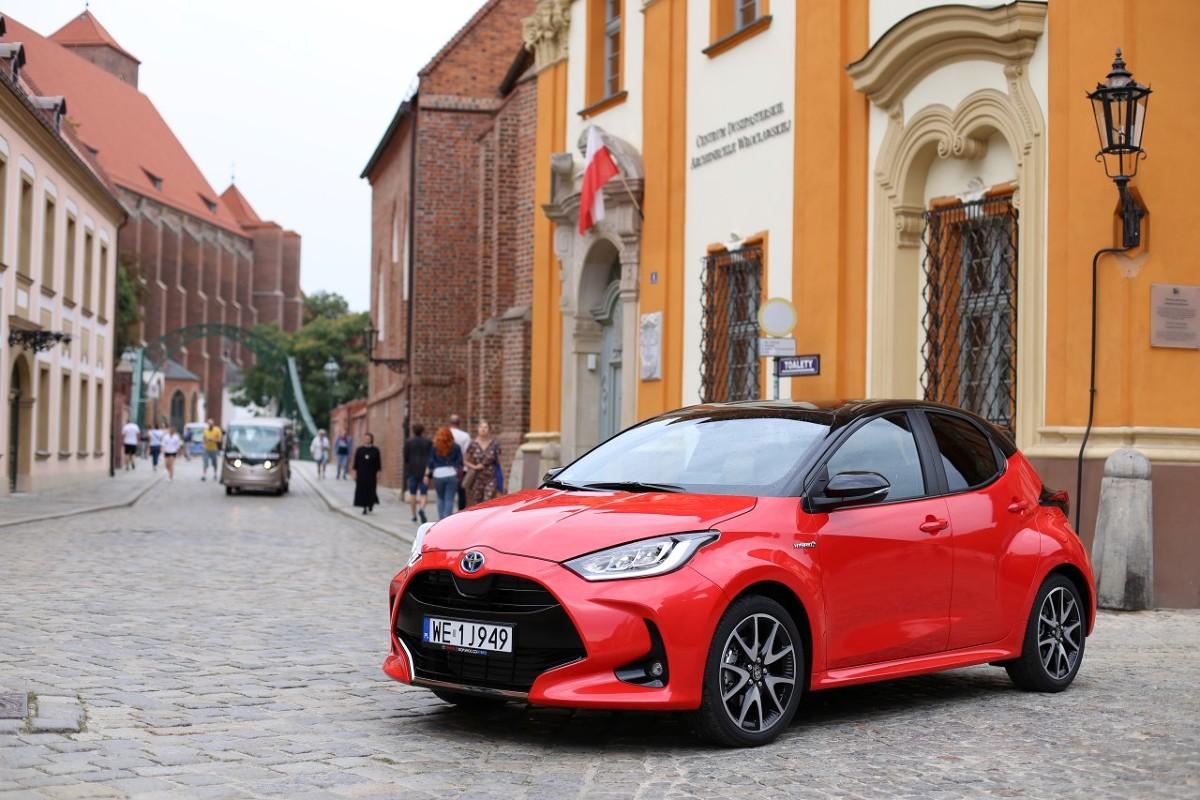 Toyota Yaris   Nowy Yaris powstaje w fabryce Toyota Motor Manufacturing France w Valenciennes. Toyota zainwestowała w ten zakład 300 milionów euro, aby umożliwić produkcję pojazdów zgodnych z architekturą TNGA. 1,5-litrowy silnik Hybrid Dynamic Force oraz przekładnia hybrydowa produkowane są przez Toyota Motor Manufacturing Poland.  Fot. Toyota