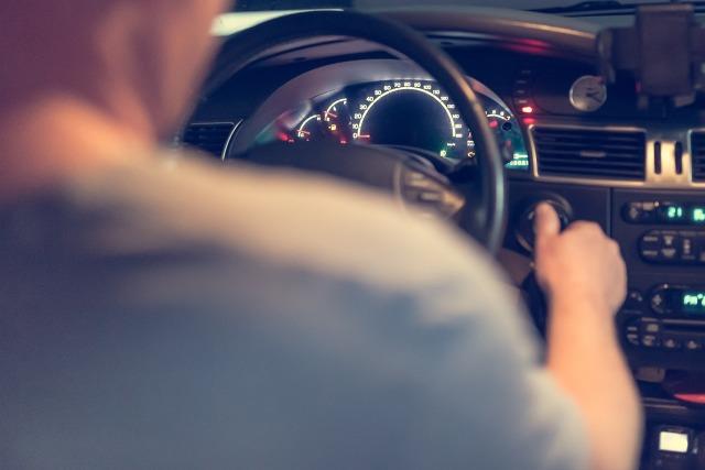 Młodzi kierowcy (18-25 lat) wydali średnio 1238 zł na OC – wynika z raportu kwartalnego Punkty. To blisko 2 razy więcej niż wynosiła średnia cena tego ubezpieczenia dla ogółu kierowców (669 zł). Rekordzista wśród młodych za obowiązkową polisę zapłacił 6062 zł. Jest też dobra wiadomość. W ciągu ostatnich 9 miesięcy to właśnie młodym kierowcom najbardziej spadły ceny – średnio o 10 proc. A posiadacz najtańszej polisy w tej grupie przeznaczył na nią zaledwie 344 zł.  Fot. pixabay.com