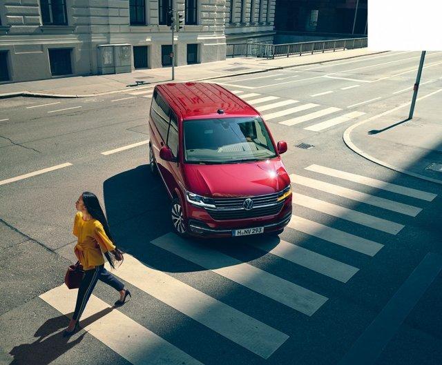 Volkswagen T6.1   Auto zostało wyposażone m.in. w system przeciwdziałający skutkom bocznego wiatru, w asystenta utrzymania pasa ruchu, automatyczne parkowanie, asystenta manewrowania z przyczepą.   Fot. Volkswagen