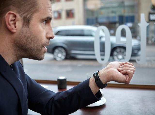 Volvo i Microsoft informują, że już niebawem będzie można skorzystać z opracowanej wspólnie technologii, która pozwoli aktywować liczne funkcje samochodu za pomocą sterowanej głosem opaski Microsoft Band 2 / Fot. Volvo