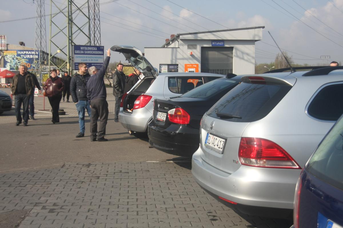 Polscy kierowcy najchętniej kupują Volkswageny i Ople. Z opinii mechaników i raportów niezawodności wynika, że równie dobry wybór to marki japońskie. Ale czy niezawodne auto, które posłuży chociaż przez 2-3 lata, uda się kupić za kilka tysięcy złotych?  Fot. Marzena Bugała - Azarko
