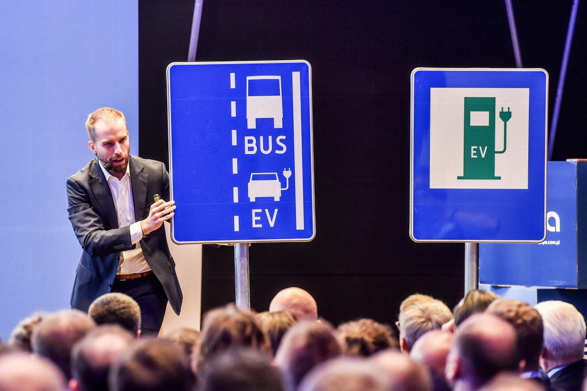 Znaki drogowe wskazujące stację paliw z punktem ładowania pojazdów elektrycznych lub punkt ładowania pojazdów elektrycznych, zaproponowane przez Polskie Stowarzyszenie Paliw Alternatywnych (PSPA), pojawią się niedługo przy polskich drogach. Przewidziano je w nowych projektach rządowych rozporządzeń.  Fot. materiały prasowe