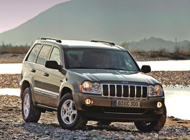 Jeep Grand Cherokee to jeden z najpopularniejszych samochodów terenowych na polskich drogach. Auto dzielność poza utwardzonymi szlakami łączy z komfortem jazdy na co dzień. W Motofaktach sprawdzamy, jak po latach sprawuje się poprzednia generacja amerykańskiego szlagieru oznaczona fabrycznym kodem WK.  Fot. materiały producenta