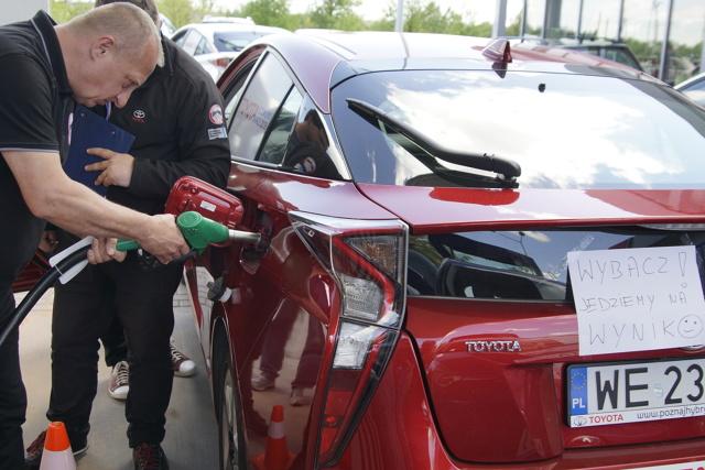 Toyota Economy Race   W tym roku Toyota Motor Poland powróciła do organizowania rajdu, w którym załogi rywalizują ze sobą pod względem jak najniższego zużycia paliwa. Najlepszy wynik uzyskany w czasie imprezy wyniósł 2,970 l/100 km w jeździe miejskiej i 2,687 l/100 km poza miastem, a średnie spalanie pojazdu zwycięskiej załogi na całej trasie nie przekroczyło 2,807 l/100 km.  Fot. Toyota