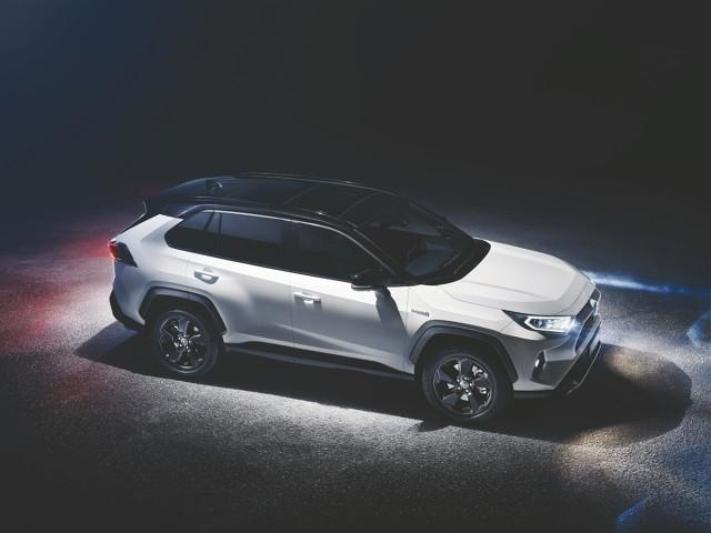 Toyota RAV4  Nowy RAV4 piątej generacji będzie dostępny z dwiema jednostkami napędowymi TNGA, odznaczającymi się mniejszym zużyciem paliwa i większą mocą w stosunku do stosowanych w obecnym RAV4. Oferowana będzie nowa hybrydowa jednostka napędowa z 2,5-litrowym silnikiem spalinowym. Samochód będzie również dostępny z nowym, dwulitrowym silnikiem benzynowym oraz manualną lub automatyczną skrzynią biegów.  Fot. Toyota