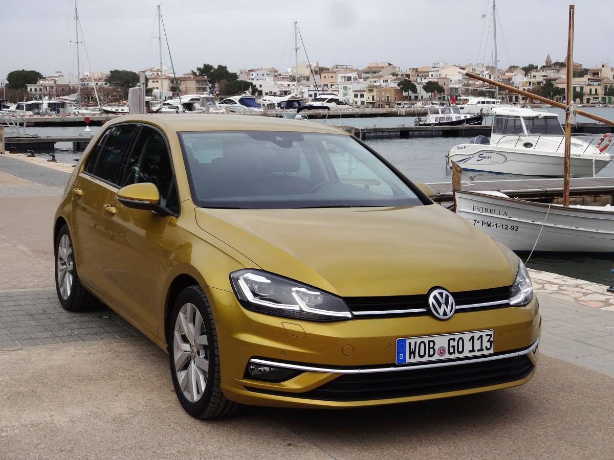 Volkswagen Golf   Niemiecka firma zaprezentowała odświeżoną wersję jednego z najpopularniejszych samochodów na świecie. Zmiany w Golfie siódmej generacji są raczej kosmetyczne, ale kompaktowy Volkswagen posiada teraz więcej nowoczesnych systemów oraz nowy silnik 1.5 TSI.  Fot. Tomasz Szmandra